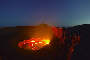 Jorge on the western rim right above the lava lake (Photo: Tom Pfeiffer)