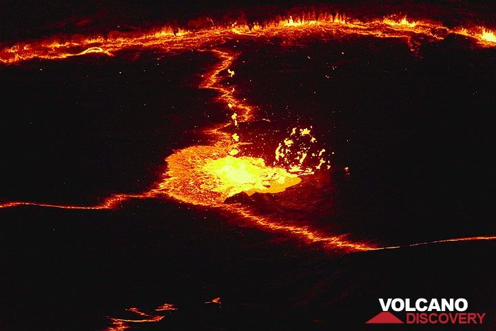 A starting lava fountain in the middel of the lake at night, creating a triple junction of rifts in the crust. (Photo: Tom Pfeiffer)
