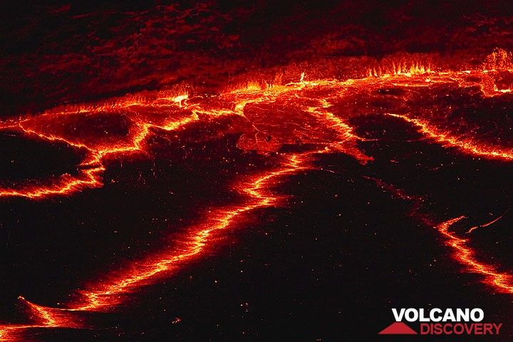 The crust and the margin of the lava lake at night (Photo: Tom Pfeiffer)