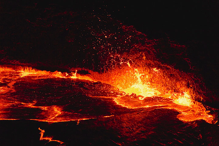 After the violent intermezzo with the central lava fountain, the degassing establishes itself igen at the margin. (Photo: Tom Pfeiffer)