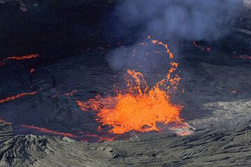 """The fountain starts to """"walk"""" towards the right, according to the internal current in the magma. (Photo: Tom Pfeiffer)"""