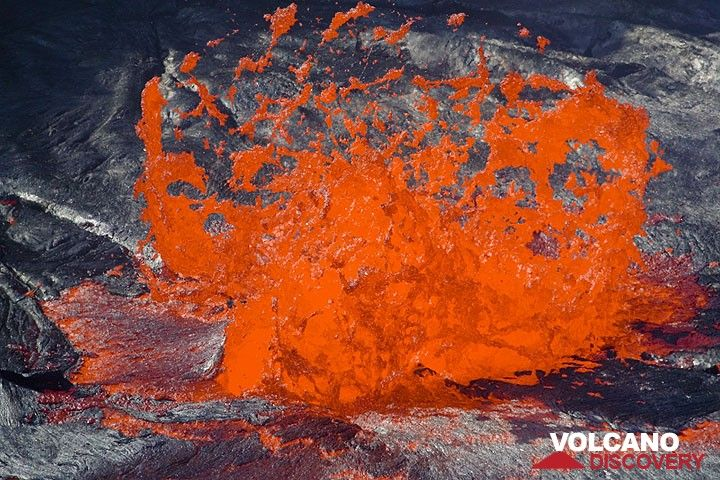 Zoom auf eine zerplatzende Lavablase bei Tageslicht. Man kann zwischen den auseinanderstiebenden Lavafetzen dünne glasige Haare oder Peles Haar erkennen, wie es sich bildet. (Photo: Tom Pfeiffer)