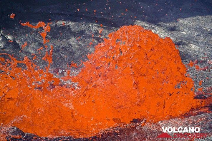 Spherical magma bubble (Photo: Tom Pfeiffer)