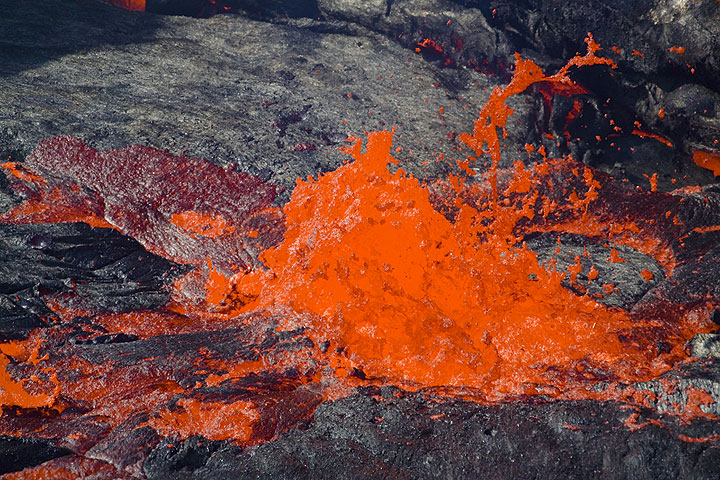 A decreasing lava fountain, surrounded by crust covered with freshly ejected lava. (Photo: Tom Pfeiffer)