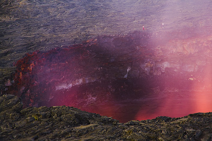 Illuminated fumes above the lava lake in the evening (Photo: Tom Pfeiffer)