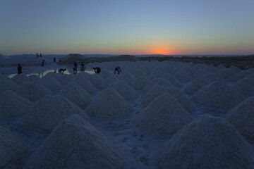 The workers at Lake Afdera start early before sunrise. (Photo: Tom Pfeiffer)