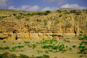 Layered limestone near Mekele (Photo: Tom Pfeiffer)