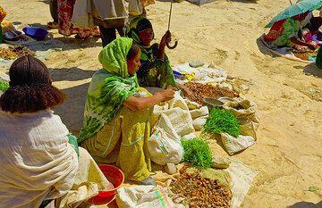 Market women (Photo: Tom Pfeiffer)