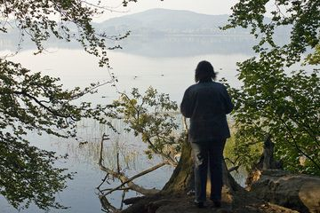 Our team member Sabine Gebhardt-Wald at the Laacher See volcanic lake. (Photo: Tobias Schorr)
