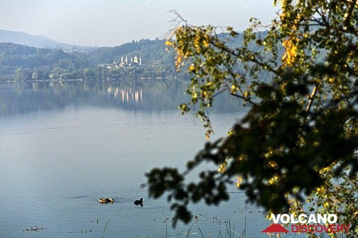 The Laacher See lake with a view to the monastery Maria Laach (Photo: Tobias Schorr)