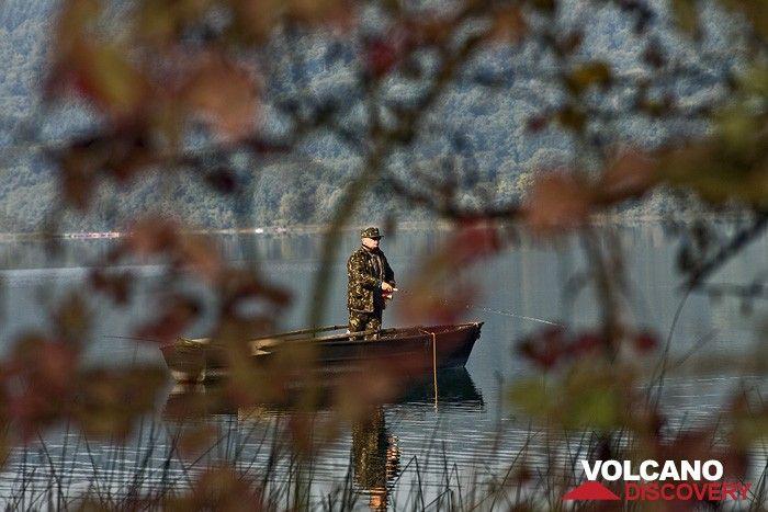 Fisherman on the Laacher See lake (Photo: Tobias Schorr)