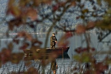 Fisherman on the Laacher See lake (Photo: Tobias Schorr)