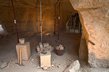 Antike Werkzeuge in der archäologischen Stätte eines römischen Bims-Tuff-Bergwerks bei Meurin (Photo: Tobias Schorr)