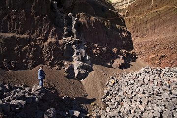 Our team-member Sabine Gebhardt-Wald in front of a volcanic vent in the Eppelsberg volcano. (Photo: Tobias Schorr)