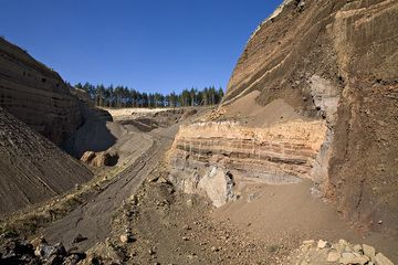 Part of a former fissure eruption in the quarry of the Eppelsberg volcano (Photo: Tobias Schorr)