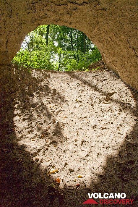 Höhle im Trass der Laacher See Eruption (Photo: Tobias Schorr)