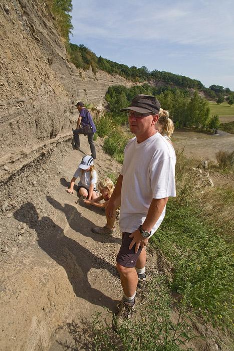 Mineraliensamler an der berühmten Hauyn-Fundstelle Wingertsbergwand mit Bimsschichten der Laacher See Eruption. (Photo: Tobias Schorr)