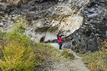 Sabine und ihr Freund vor den Fremdgesteinsblöcken in der Lava des Arnsberg-Vulkans (Photo: Tobias Schorr)