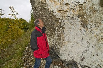 Günter vor dem Kalkfelsen ind en Laven des Arnsberg-Vulkans (Photo: Tobias Schorr)
