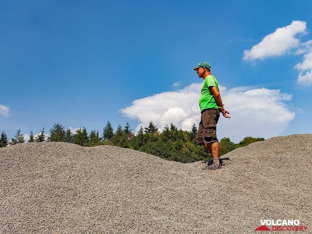 Tom Pfeiffer on the grounded kuselite rocks. (Photo: Tobias Schorr)