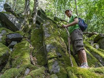 Tom Pfeiffer at the basalt columns of Weiselberg. (Photo: Tobias Schorr)