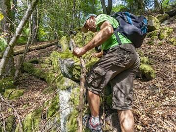Tom Pfeiffer climbing on the basalt columns of Weiselberg. (Photo: Tobias Schorr)