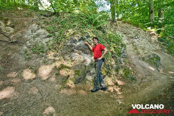 Michael Stoll an einem kleinen ehm. Lavaschlot im Siebengebirge (Photo: Tobias Schorr)