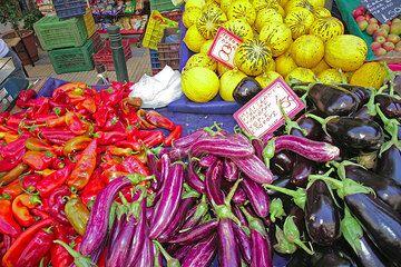 Cada viernes, un colorido, rico y aún barato mercado tiene lugar en mi barrio en Pankrati, Atenas. Aquí están algunas impresiones. (c)