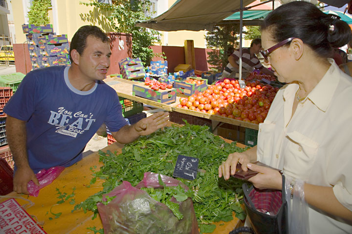 There's always time to throw in smalltalk and give advice about the produce. (c)