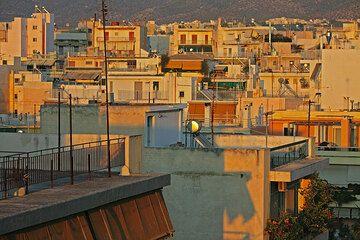 Mantenimiento de una pequeña oficina en Atenas. Nunca puedo conseguir suficiente de mirar hacia la ciudad de ella... (Photo: Tom Pfeiffer)