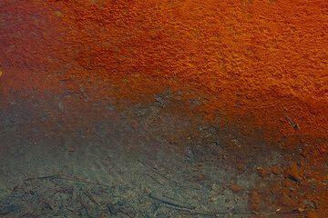 Die heißen Quellen in Polichnitos (Insel Lesbos) sind vulkanischen Ursprungs. Sie bei einer Temperatur von 67 ° C und 92 ° C reichen und gehören zu den heißesten natürlichen Quellen in Europa.  Sie können bewundern bunten Flüsse und Teiche, oder genießen Sie sie in einem kleinen in der Nähe traditionellen Spa vor Ort.  Die Gewässer sind angereichert mit natürlichem Radon, Natriumchlorid und sind vergleichbar mit den Wiesbaden-Quellen in Deutschland. (Photo: Tom Pfeiffer)