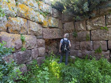 Paul at the ancient entrance of the acropolis Paliokastro at Vathy on Methana peninsula. (Photo: Tobias Schorr)