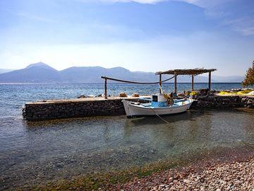A small fishing harbour at the Almyra beach near Vathy port on Methana. (Photo: Tobias Schorr)
