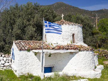 The chapel of Agios Nikolaos is situated probably on an older ancient sanctuary. Almyra beach /Vathy / Methana. (Photo: Tobias Schorr)