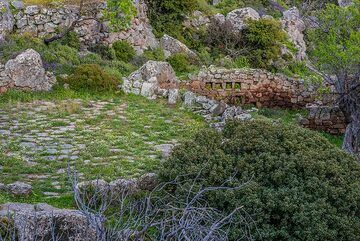 Abandoned haloni (threshing place) in the ruins of Sterna tou Gambrou (Photo: Tom Pfeiffer)