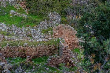 Remains of houses in the Sterna tou Gambrou hamlet (Photo: Tom Pfeiffer)