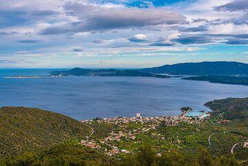 View over Methana town (Photo: Tom Pfeiffer)