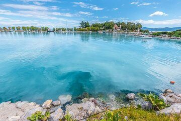 The sulfur-rich volcanic spring water drains into the bay near the harbor of Methana. (Photo: Tom Pfeiffer)