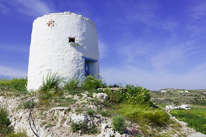 Old windmill near Adamas (Photo: Tom Pfeiffer)