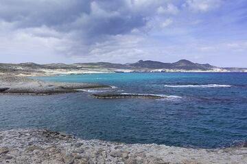 View over the Sarakiniko coast (Photo: Tom Pfeiffer)