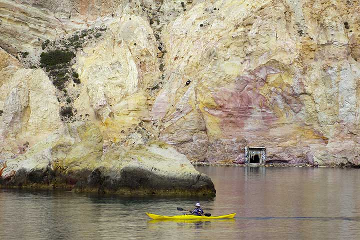 Sea kayak at the colorful volcanic cliffs near Firopotamos (Milos island)  (Photo: Tom Pfeiffer)