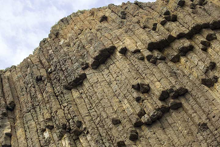 Columnar jointed andesite lava flow at the Glaronisia islets off Milos, Greece (Photo: Tom Pfeiffer)