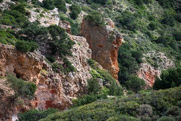 Altered rock formations near Paleochori (Photo: Tom Pfeiffer)