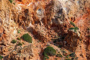 Altered rocks near Paleorema (Photo: Tom Pfeiffer)