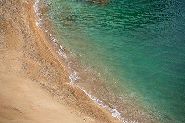 Honey-colored beach at Paleorema, eastern cost of Milos (Photo: Tom Pfeiffer)