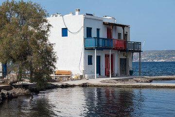 Emborio hamlet at the Bay of Milos (Photo: Tom Pfeiffer)