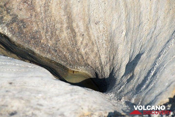 Erosion patterns in white volcanic ash layers (Photo: Tom Pfeiffer)