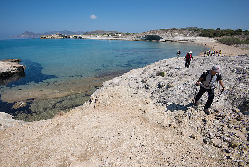 Hiking along the Milos northern shore (Photo: Tom Pfeiffer)