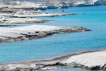Narrow bays at Sarakiniko (Photo: Tom Pfeiffer)