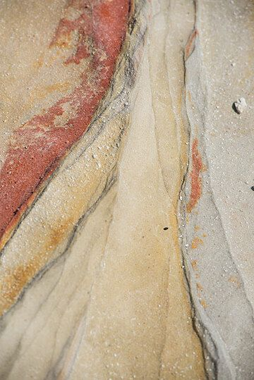 Colored ash layers due to hydrothermal alteration (Photo: Tom Pfeiffer)